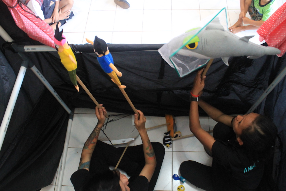 Lembata, Indonesia Puppet Show, explaining the importance of marine conservation.