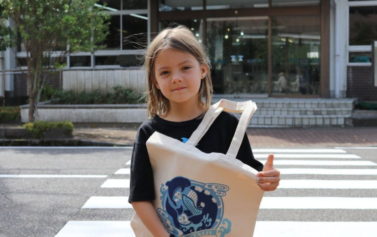 Imogen Kiely delivers letter to Mayor of Taiji