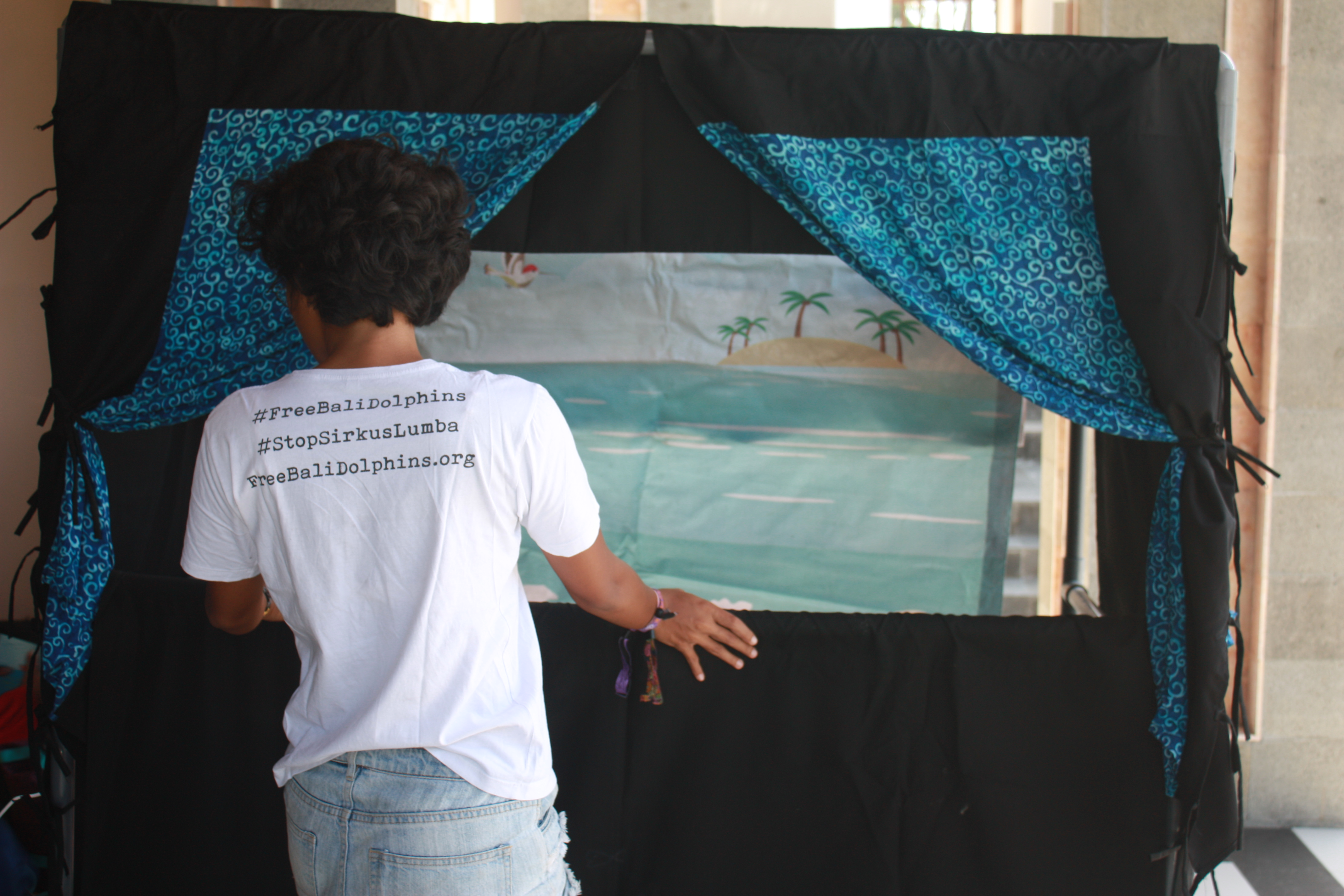 Puppet show promotes peaceful education, Indonesia.