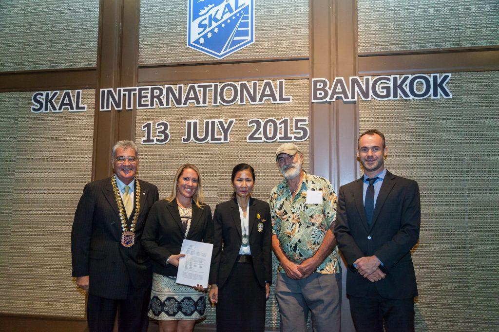 Natasha Delivering Opposition Paper to Thai Minister คุณนาตาชานำเสนอรายงานหัวข้อการคัดค้านธุรกิจโชว์โลมาต่อรัฐมนตรีว่าการกระทรวงการท่องเที่ยวและกีฬา